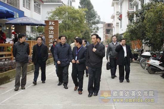 访问团一行了解校园周边的环境
